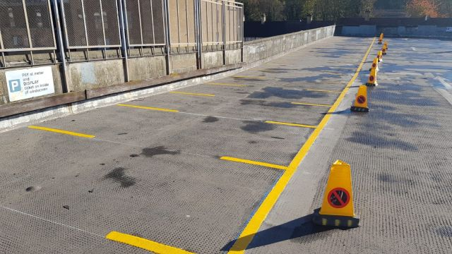 car park yellow line marking